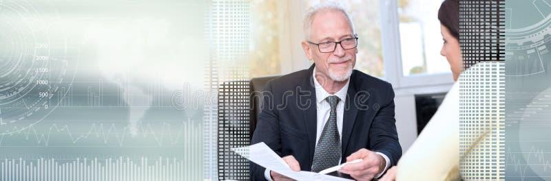 Kobieta spotyka pieniężnego doradcy w biurze, lekki skutek sztandar panoramiczny zdjęcia stock