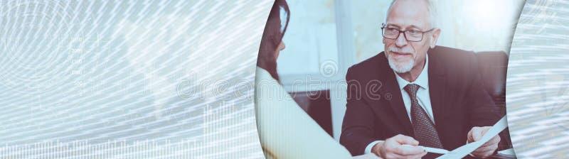 Kobieta spotyka pieniężnego doradcy w biurze, lekki skutek sztandar panoramiczny obraz royalty free