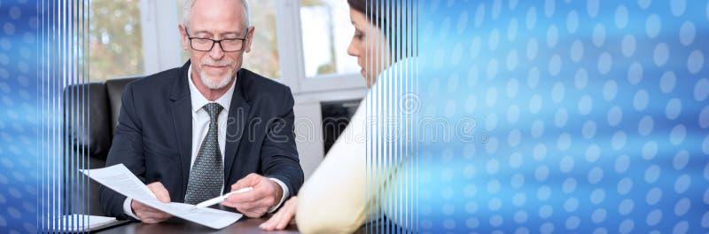 Kobieta spotyka pieniężnego doradcy w biurze sztandar panoramiczny zdjęcie royalty free