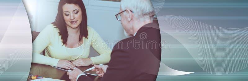 Kobieta spotyka pieni??nego doradcy w biurze; panoramiczny sztandar zdjęcia stock