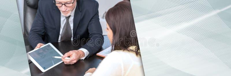 Kobieta spotyka pieni??nego doradcy w biurze sztandar panoramiczny obraz stock
