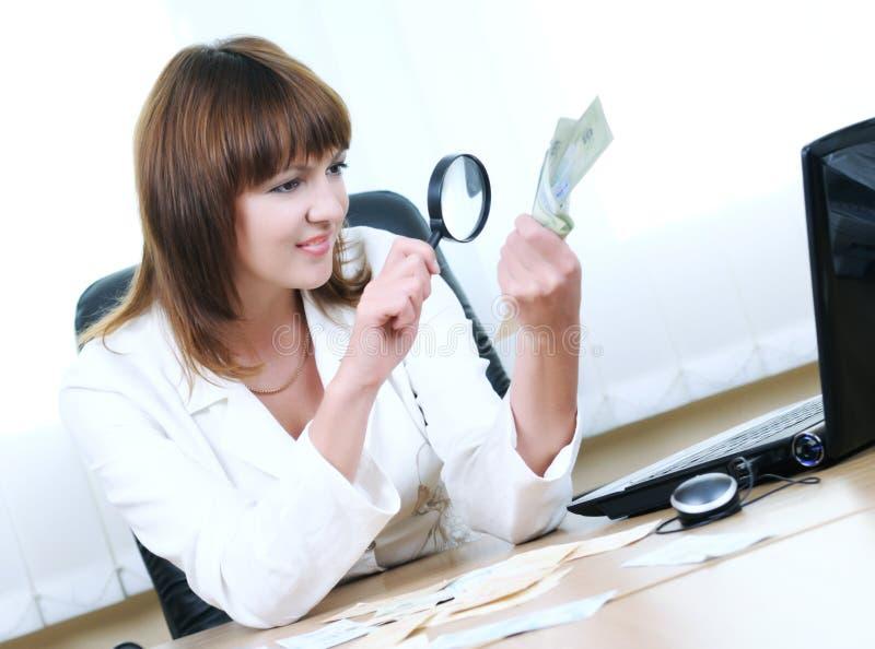 Kobieta sprawdza autentyczność rachunku obraz royalty free