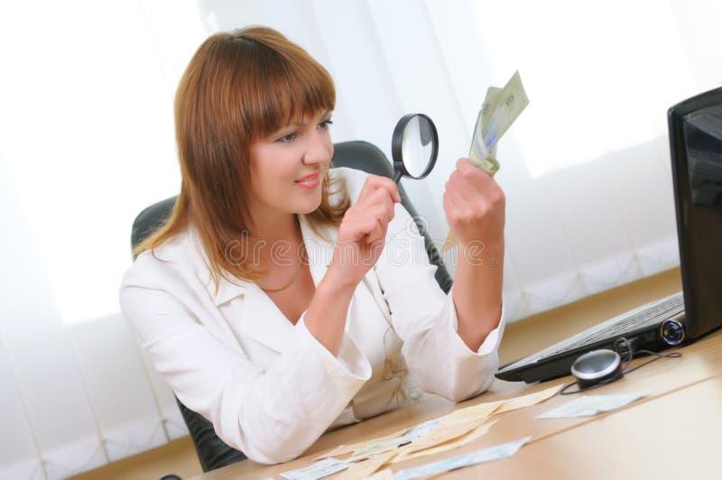 Kobieta sprawdza autentyczność rachunku fotografia stock