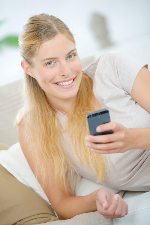 Kobieta sprawdza emaila na telefonie zdjęcia stock
