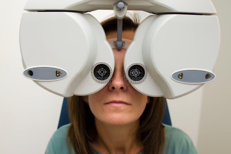 Kobieta sprawdza jej wzrok przy optometrist salonem obrazy royalty free