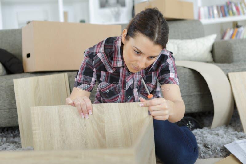 Kobieta sprawdza meble zdjęcia stock