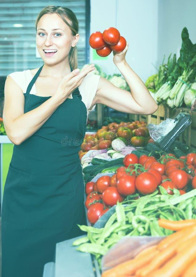 Kobieta sprzedaje organicznie pomidory zdjęcie royalty free
