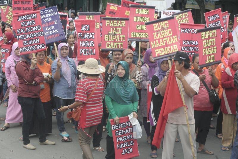 Kobieta sprzedawców zachowania Tradycyjna Targowa demonstracja Soekarno Sukoharjo zdjęcia royalty free