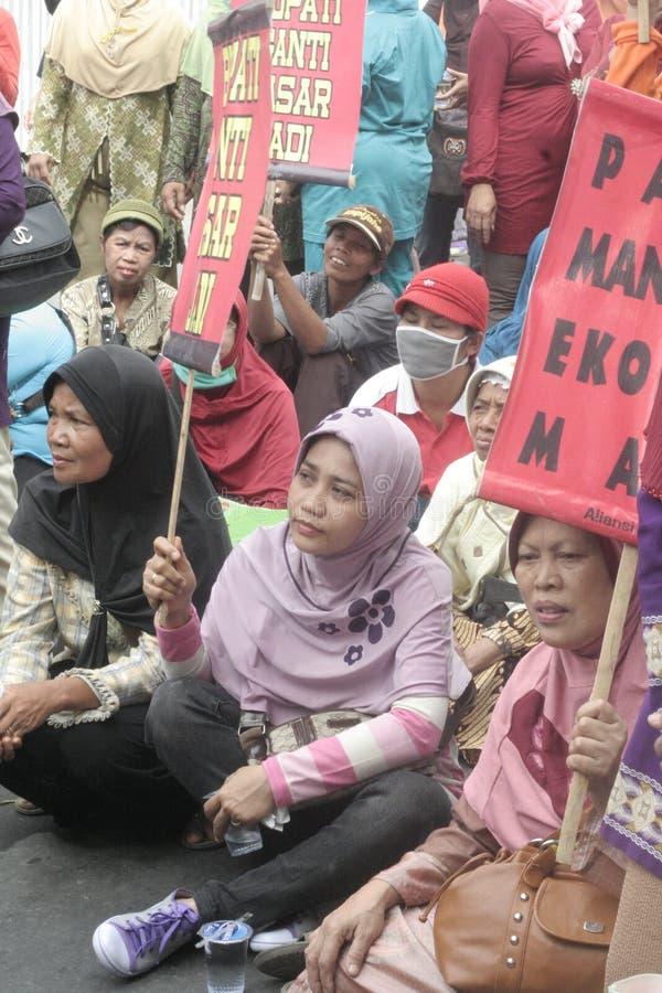 Kobieta sprzedawców zachowania Tradycyjna Targowa demonstracja Soekarno Sukoharjo zdjęcia stock