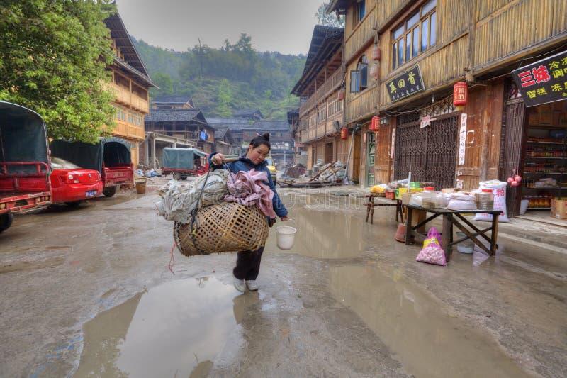 Kobieta sprzedawca uliczny z jarzmem na jego ramieniu zdjęcia stock