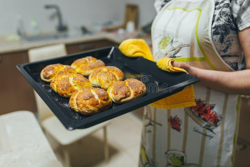 Kobieta stawia ciasto naleśnikowe dla babeczek w piekarniku w kuchennym zbliżeniu Kulinarny czas fotografia stock