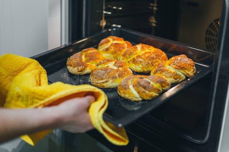 Kobieta stawia ciasto naleśnikowe dla babeczek w piekarniku w kuchennym zbliżeniu Kulinarny czas fotografia royalty free