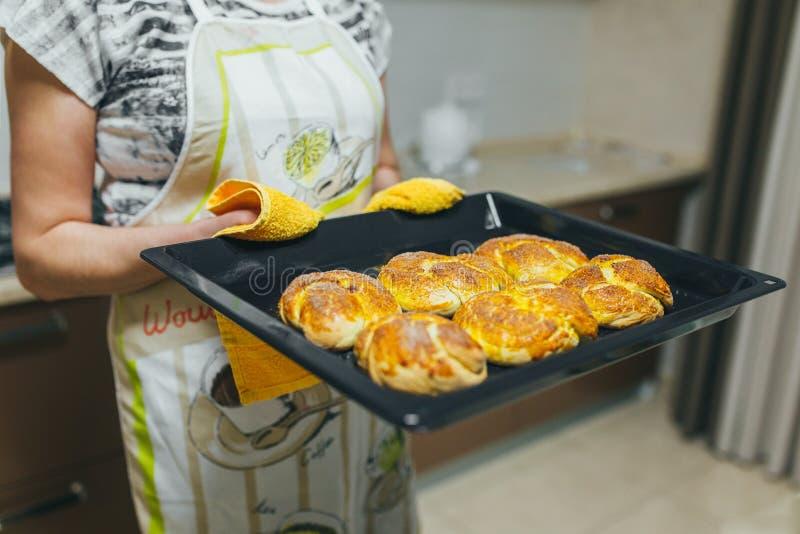 Kobieta stawia ciasto naleśnikowe dla babeczek w piekarniku w kuchennym zbliżeniu Kulinarny czas zdjęcia stock