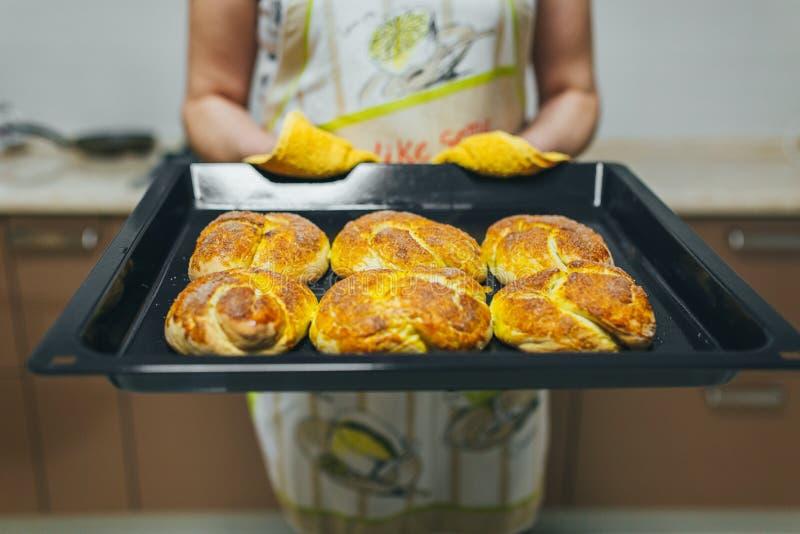 Kobieta stawia ciasto naleśnikowe dla babeczek w piekarniku w kuchennym zbliżeniu Kulinarny czas obraz stock