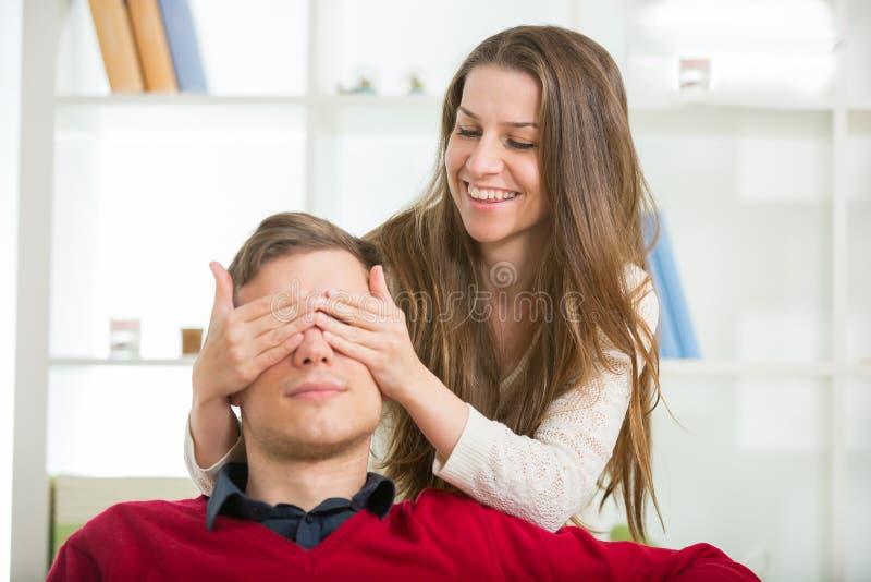 Kobieta stawia jego oddawał jego oczy robić on niespodziance mężczyzna fotografia stock