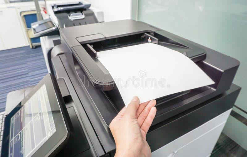 Kobieta stawia papierowego prześcieradło w drukarkę zdjęcia royalty free