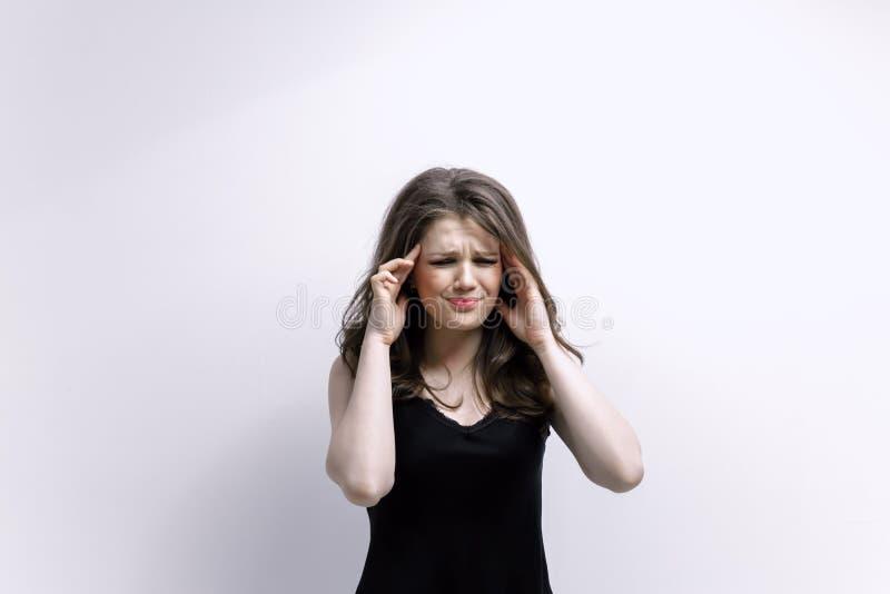 Kobieta stawia ręki na głowie Pojęcie problemy obraz stock