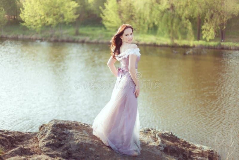 Kobieta stoi na skale zdjęcia royalty free