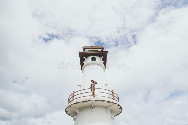 Kobieta stojÄ…ca na latarni morskiej we wsi Baan Bang Bao rybman na wyspie Koh Chang, Tajlandia zdjęcia stock