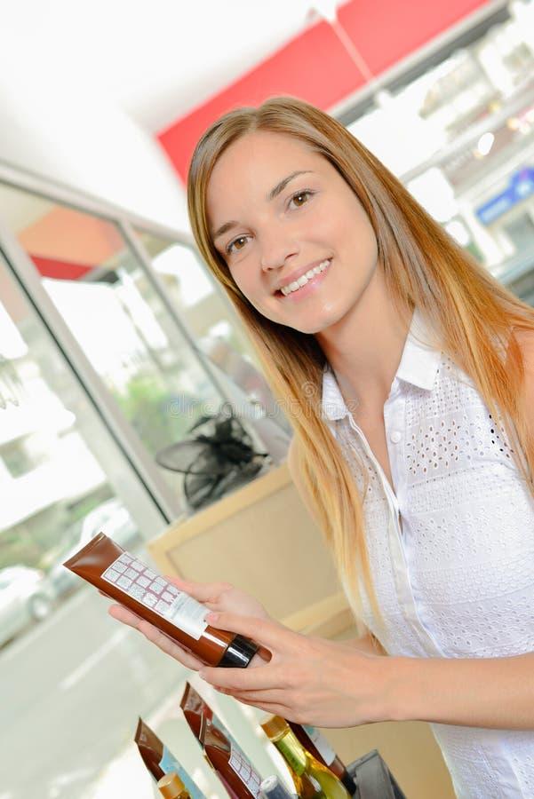 Kobieta stojąca w włosianym salonie zdjęcie stock