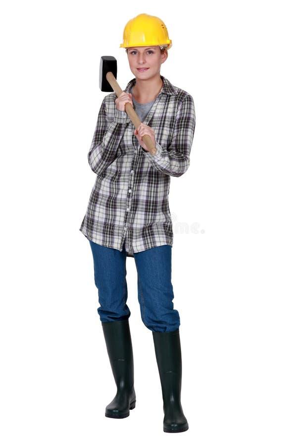 Kobieta stojąca z pełnozamachowym młotem zdjęcie royalty free