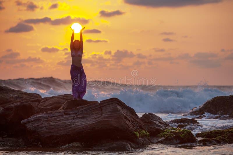 Kobieta stojaki przy skałą zdjęcia stock