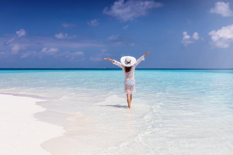 Kobieta stojaki w niekończący się turkusowym morzu na słonecznym dniu obraz royalty free