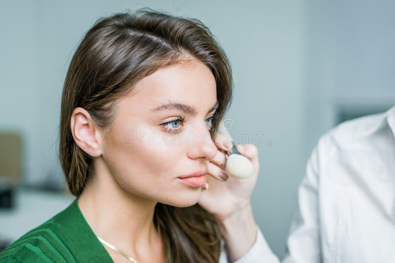 Kobieta stosować kosmetyka zdjęcia royalty free