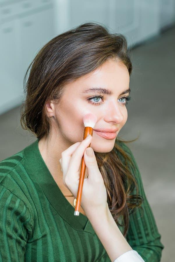 Kobieta stosować kosmetyka zdjęcia stock