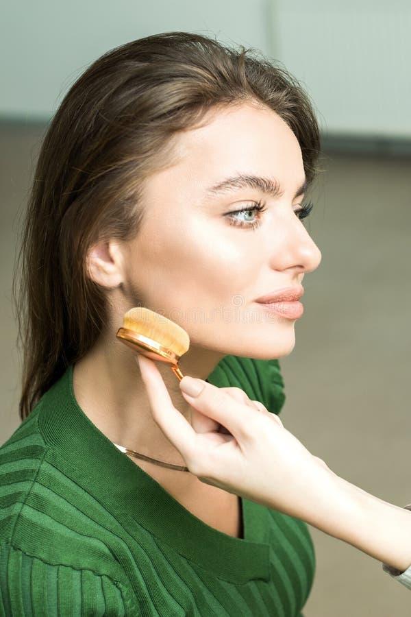 Kobieta stosować kosmetyka fotografia royalty free