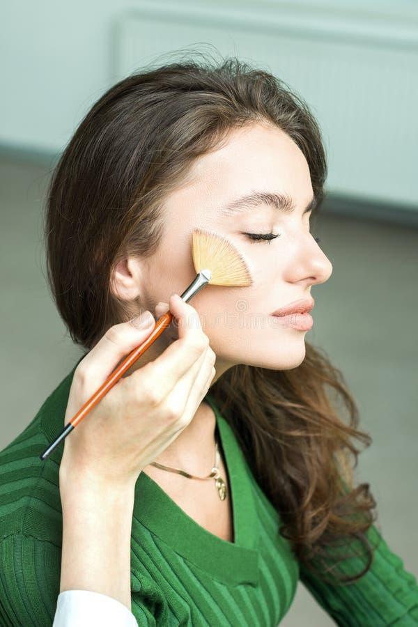 Kobieta stosować kosmetyka zdjęcie stock
