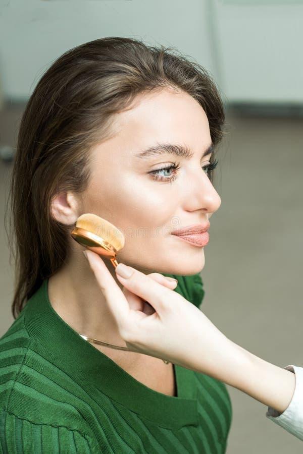 Kobieta stosować kosmetyka zdjęcie royalty free