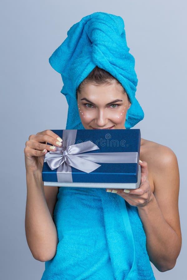 Kobieta stosuje creme obrazy stock
