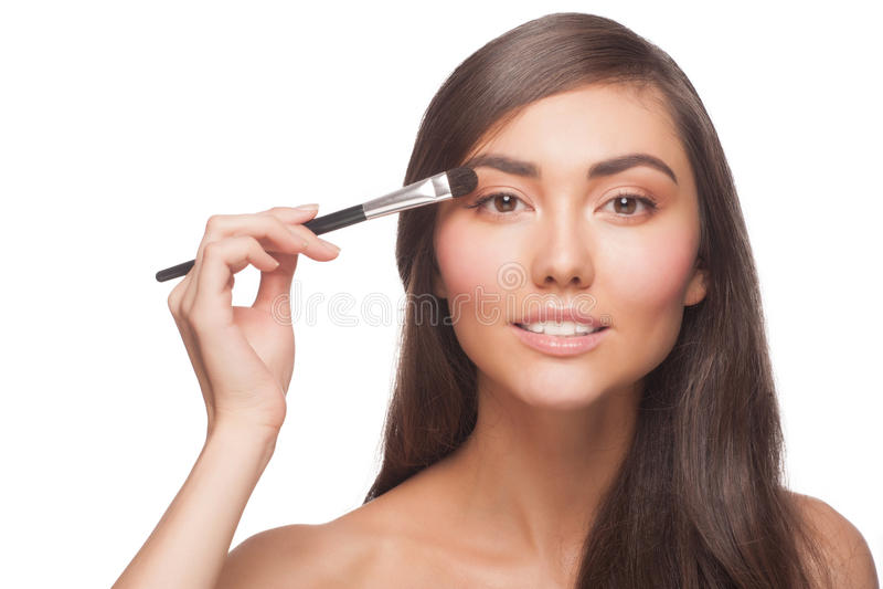 Kobieta stosuje eyeshadow zdjęcie stock