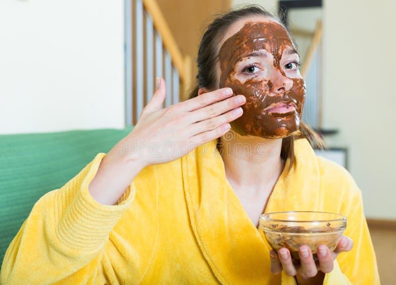 Kobieta stosuje maskę na jej twarzy fotografia royalty free