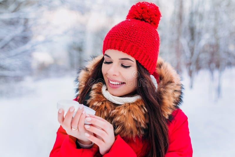Kobieta stosuje moisturizer śmietankę hydrat skóra w zimie obrazy stock