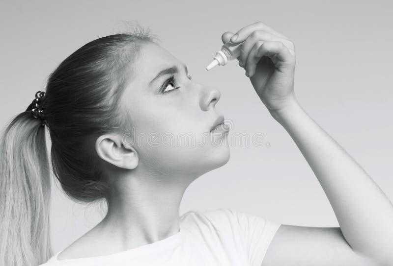 Kobieta stosuje okulistyki eyedropper, jaskry oka zapobieganie obrazy stock