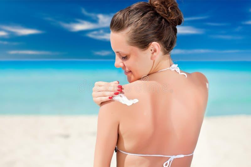 Kobieta stosuje sunblock fotografia stock
