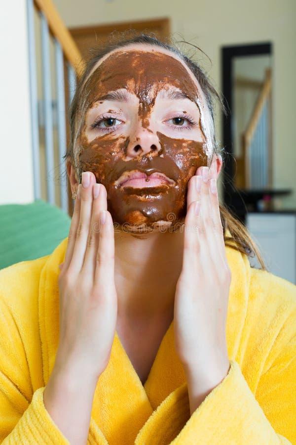 Kobieta stosuje twarzową maskę fotografia stock