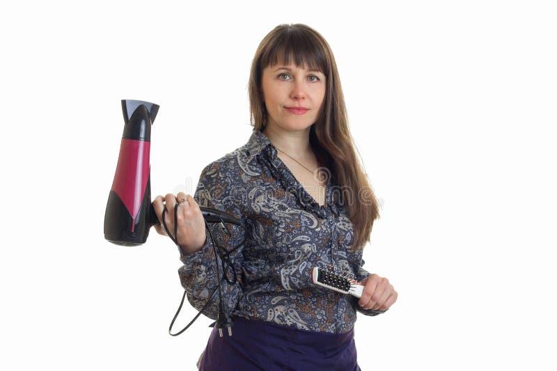 Kobieta stylista z hairdryer i grępla w rękach fotografia stock