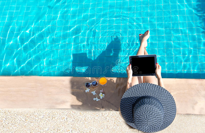 Kobieta stylu życia sztuki laptopu pływackiego basenu relaksujący pobliski luksusowy sunbath, letni dzień przy miejscowością nadm zdjęcie stock