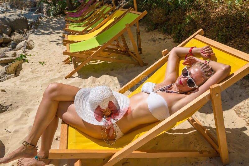 Kobieta sunbathing na pokładzie fotografia royalty free