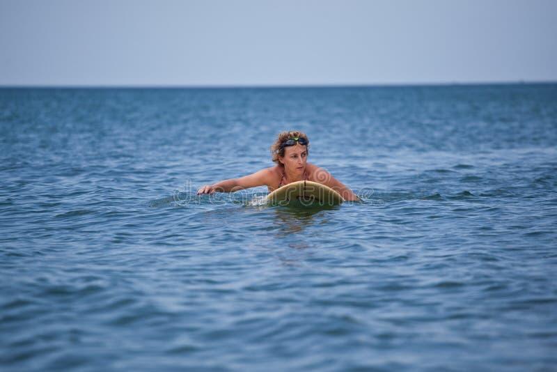Kobieta surfing przy morzem, wakacje obraz stock