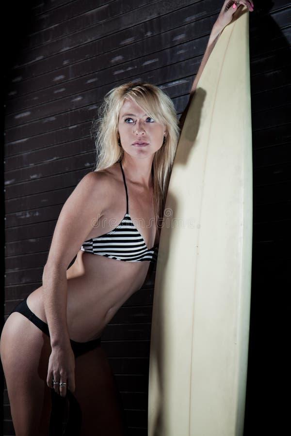 Kobieta surfingowiec zdjęcia royalty free