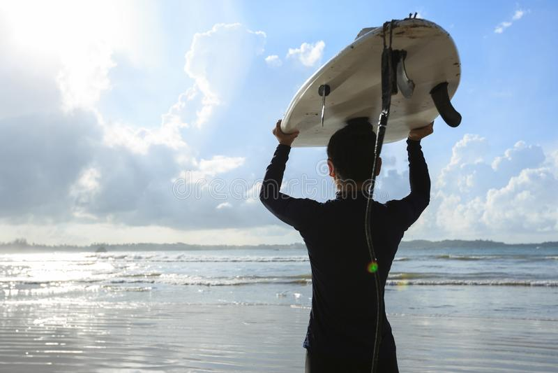 Kobieta surfingowiec z białym surfboard odprowadzeniem fotografia royalty free