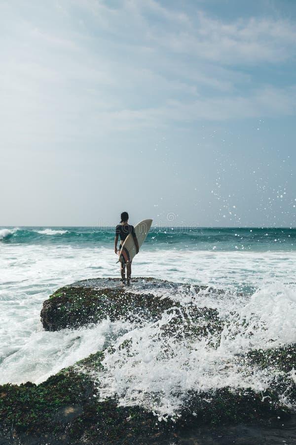 Kobieta surfingowiec z surfboard zdjęcie royalty free