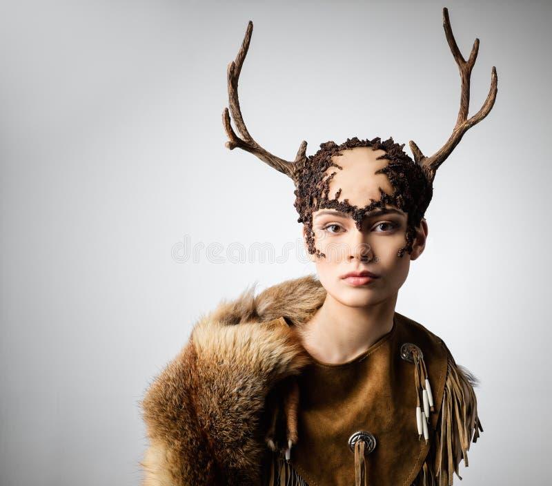 Kobieta szaman w obrządkowej szacie obrazy stock