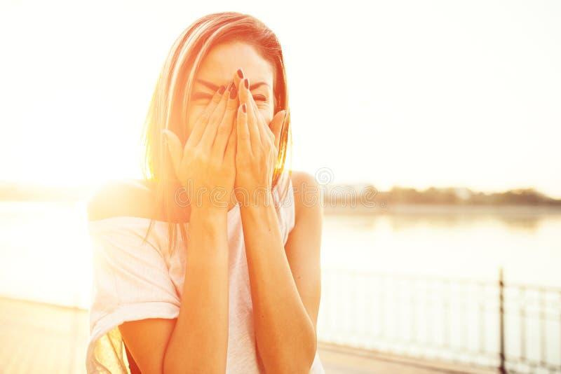 Kobieta szczęśliwa otrzymywać dobre wieści obrazy stock