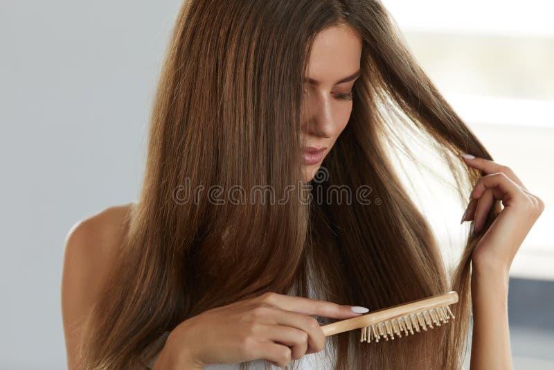 Kobieta Szczotkuje Piękny Zdrowy Długie Włosy Z Szczotkarskim portretem fotografia stock