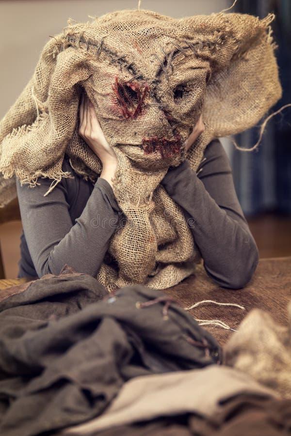Kobieta szy strach na wróble kostium i maskę zdjęcie royalty free